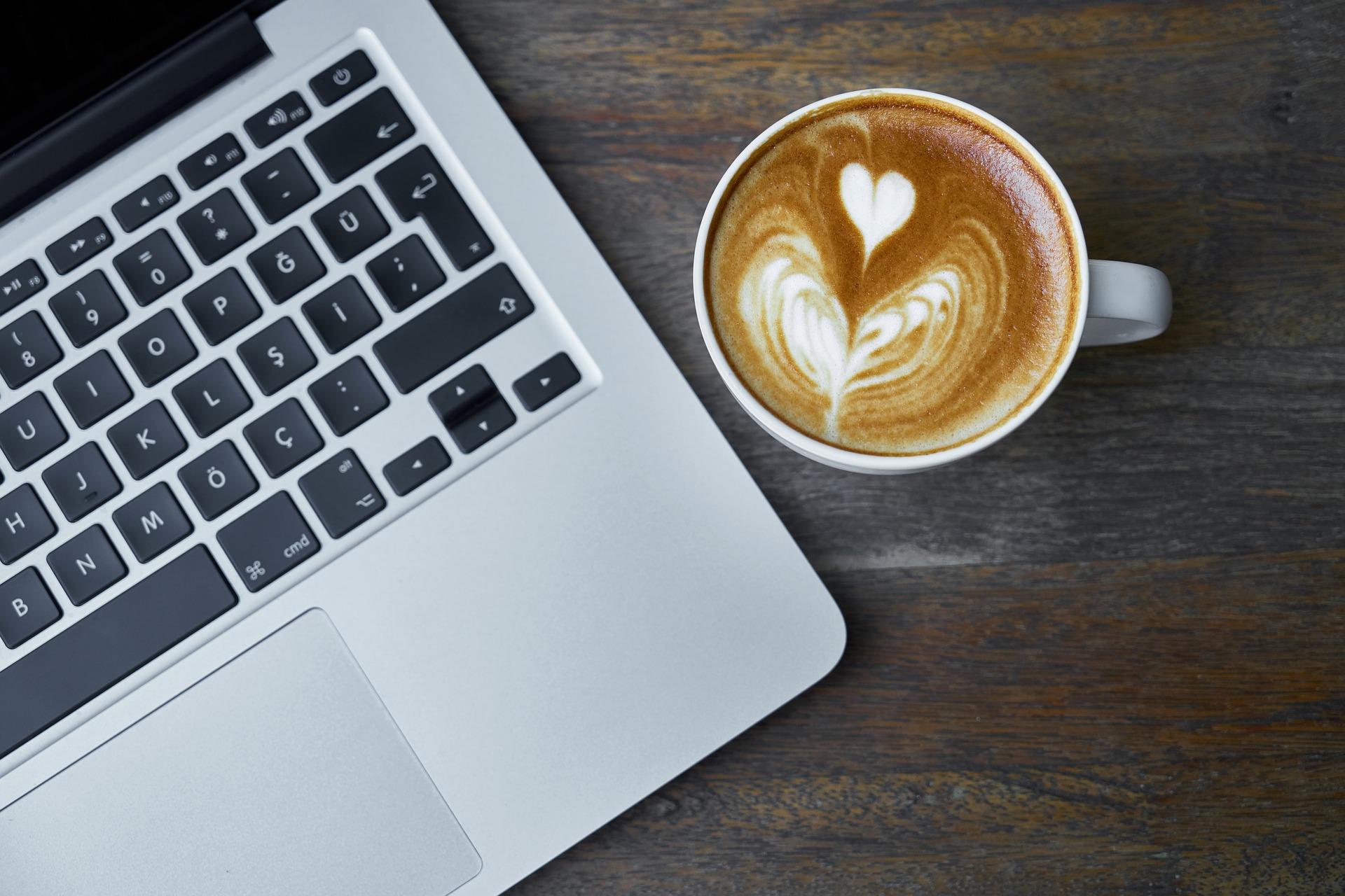 Caffè su scrivania